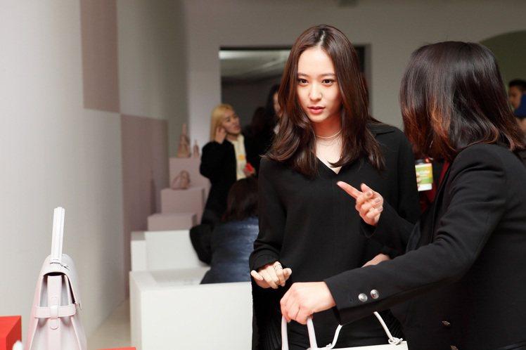 韓國藝人鄭秀晶在「DELVAUX奇幻之屋」鑑賞春夏新品。