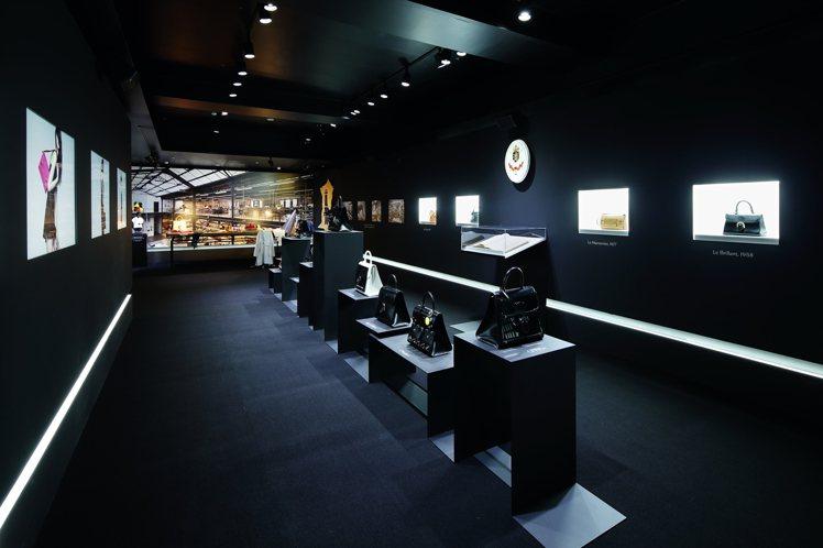 「DELVAUX奇幻之屋」以全黑背景空間中展示品牌歷史與創意。圖/DELVAUX...