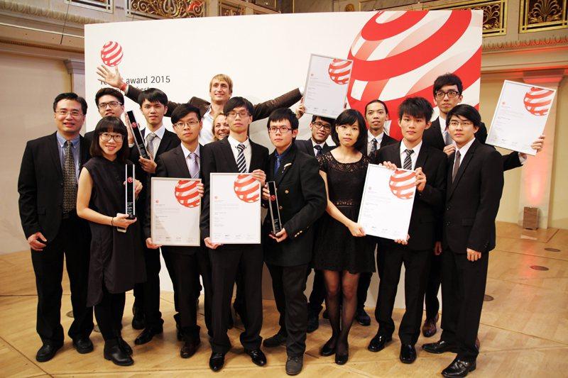 創新設計學院多媒體設計系學生參加「德國紅點設計大賽」,4組學生參賽都獲獎,其中3...