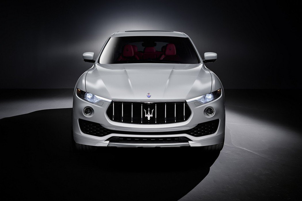 Levante運動型休旅車的水箱護罩、LED頭燈組、下氣壩等,均導入Maserati新世代的家族風貌。 摘自Maserati.com