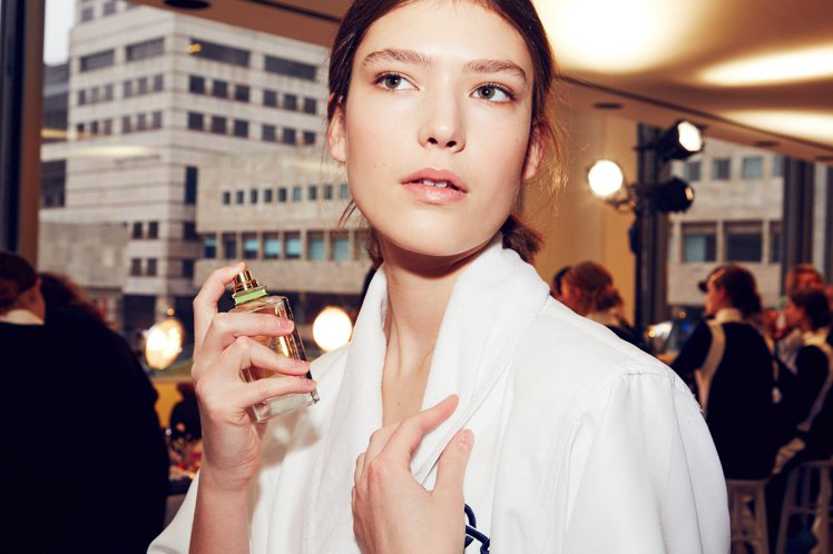 Tory Burch在大型時裝周後台讓超模們噴上香水,讓現場看秀的消費者感受視覺...