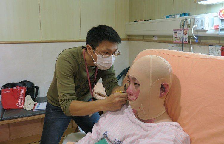 病房內,王治療師替依欣即時修改壓力頭套。 洪佳如/攝影