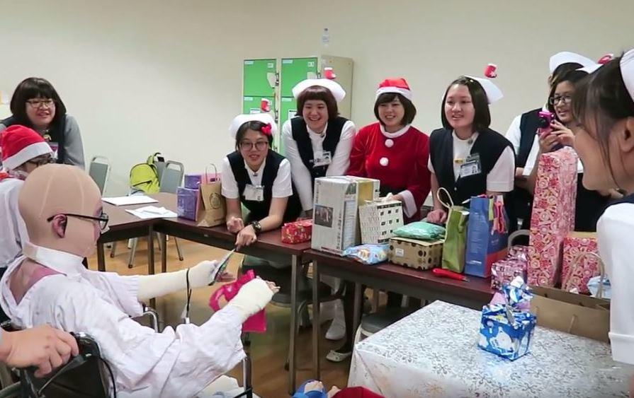 參與醫護人員舉辦的聖誕交換禮物活動。 洪佳如/攝影