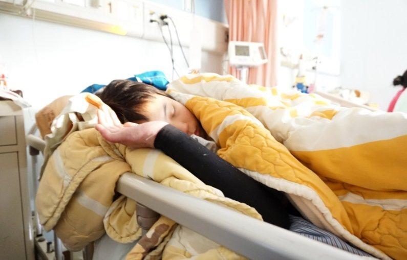 病床上的伃均。 攝影/江佩津