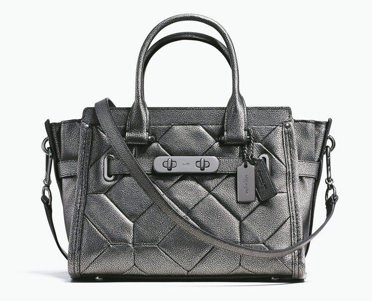 COACH Swagger金屬灰手袋,售價23,800元。 圖/業者提供