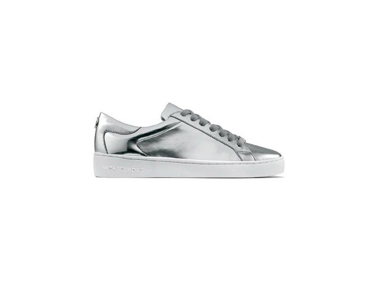 MICHAEL KORS早春假日系列也推出銀色平底休閒鞋款。圖/MICHAEL ...