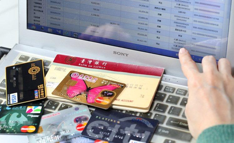 愈來愈多人使用網路及行動銀行,金管會也提醒民眾,這六個字一定記住。 報系資料照