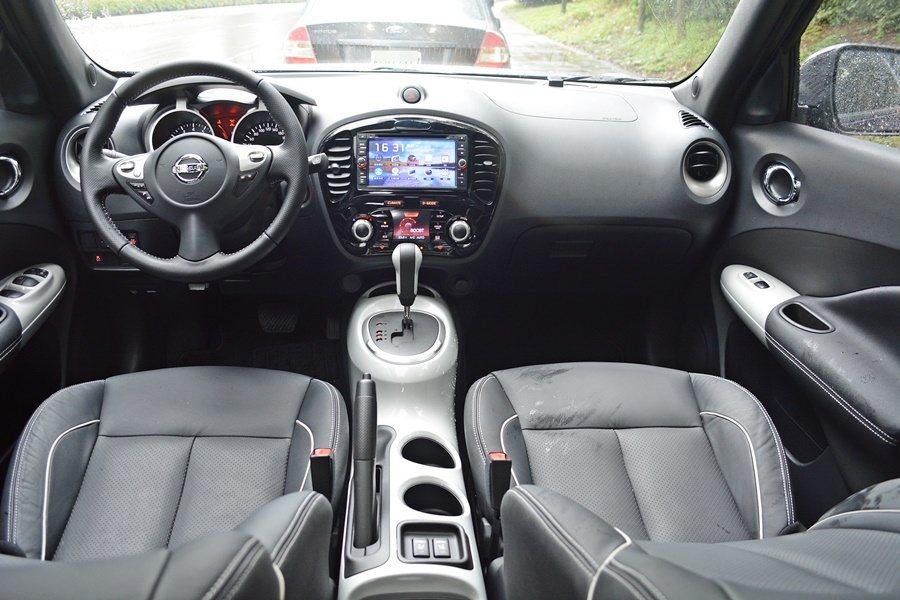 NISSAN Juke個性化特仕版內裝則在排檔桿座、車門扶手採取與與車外套件相同的白色塗裝,另外在皮質座椅與方向盤縫線等,則有對比縫線。