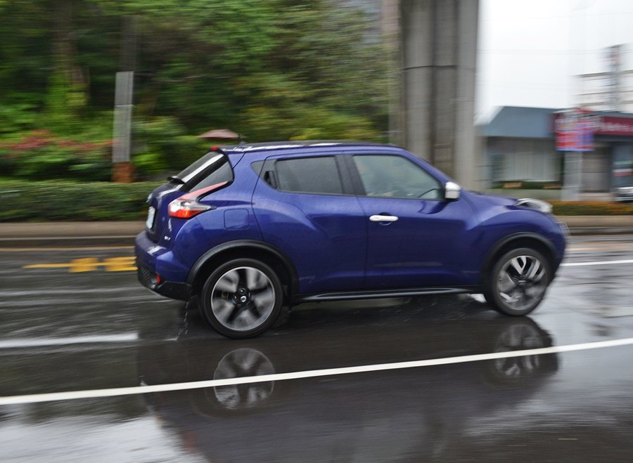 底盤部分,它在軟中帶著Q彈,兼具備舒適感和高速穩定性,過急彎車身也沒有明顯側傾。