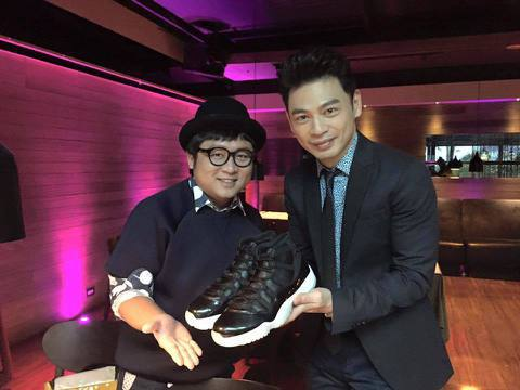 阿Ken與納豆兩人同為好友,不過最近納豆送了阿Ken生日禮物,是一雙名牌運動鞋,不過習俗上送鞋有叫人滾蛋的意思,所以阿Ken忍不住臉書上寫道:「納豆居然還送這麼貴的鞋子來告訴我他的想法!這就證明他是...