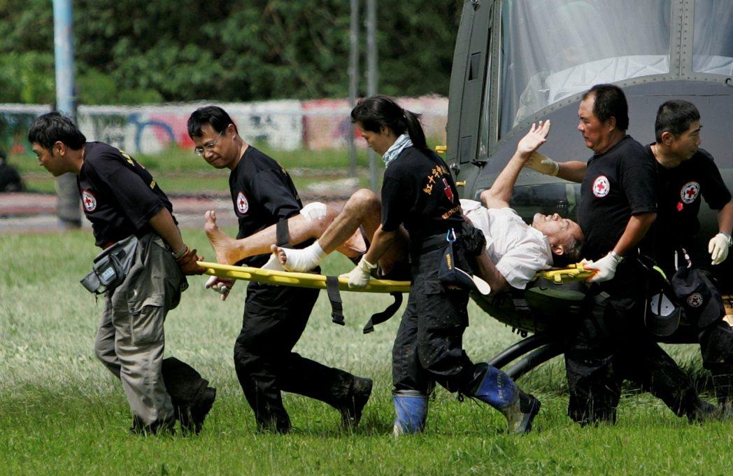 八八風災後,陸軍配合紅十字會在高雄旗山進行救災。 圖/美聯社