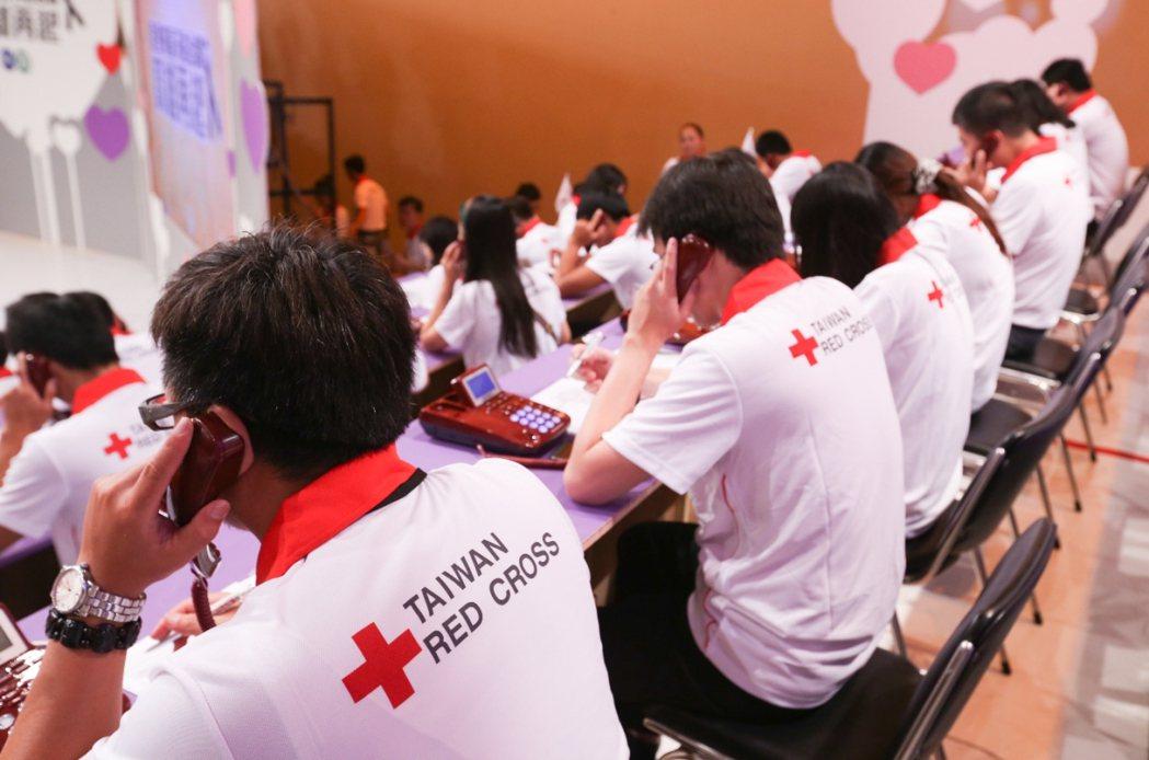 高雄氣爆時,中華民國紅十字會接聽捐款電話。 圖/聯合報系圖庫