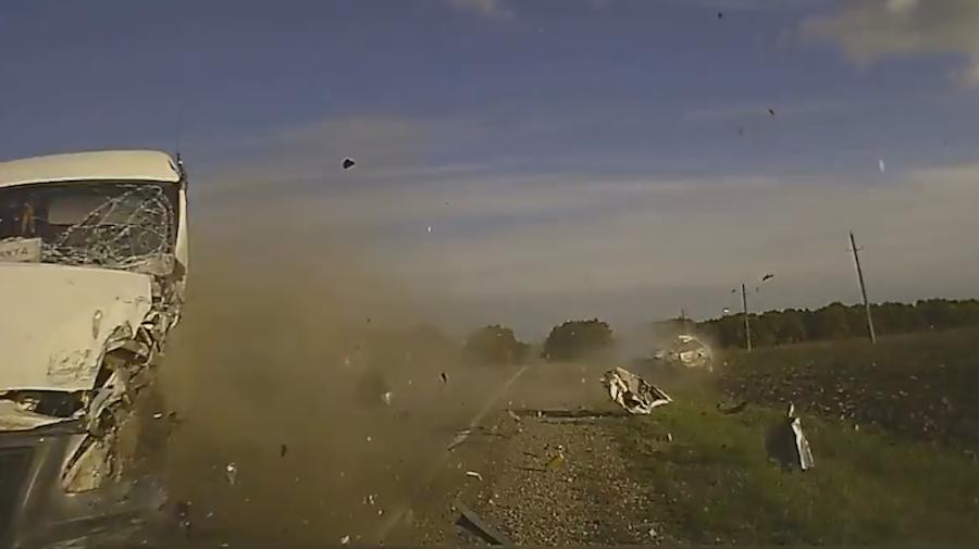 由撞擊瞬間的車輛碎片可得知撞擊力道之強大。 截自iskra rusdtp影片