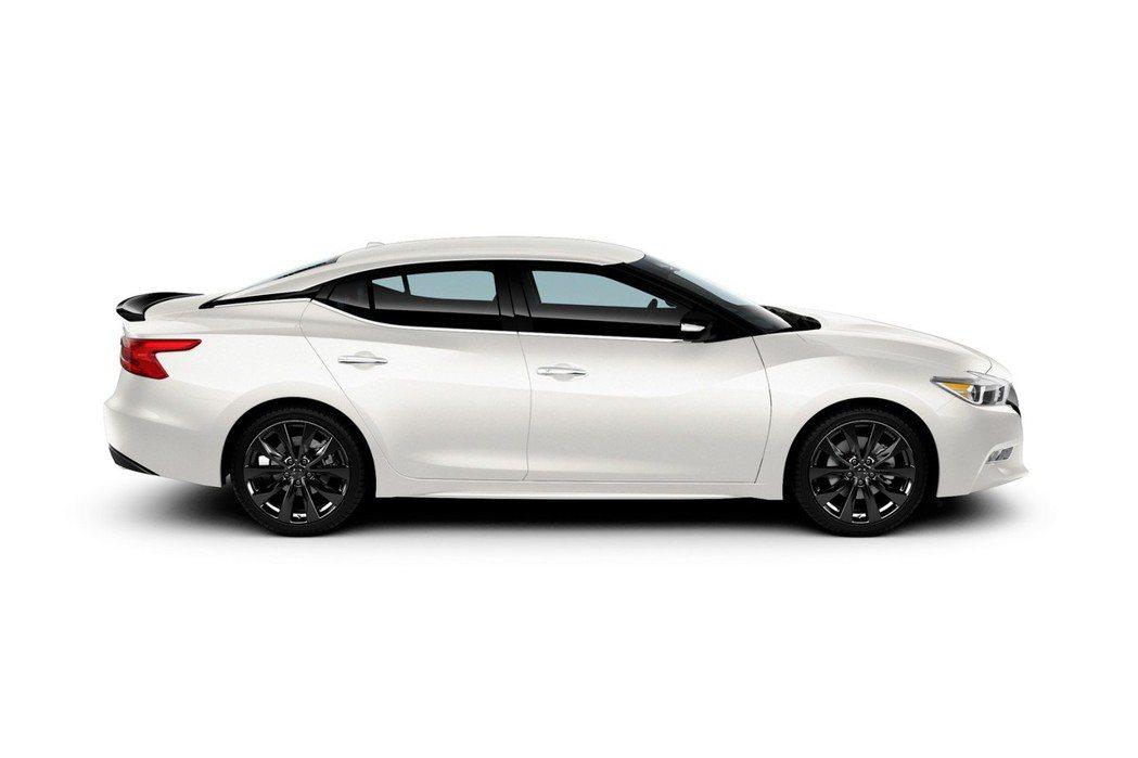 原廠加入黑色運動型尾翼、黑色後下擾流板、19吋鋁合金造型鋁圈等,增添其運動外貌。 摘自Nissan.com