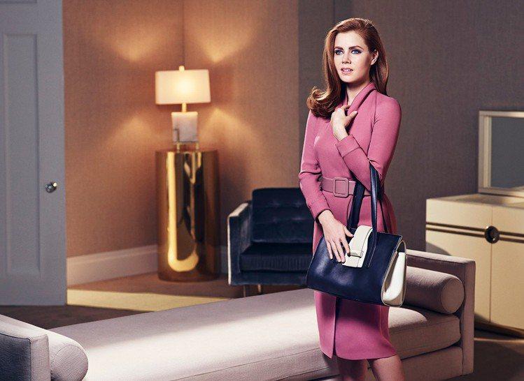 艾美亞當斯代言MaxMara廣告,手拎以她為名的「A BAG」。圖/MaxMar...