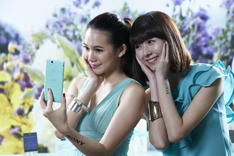 手穩是手機自拍的基本要則,也可利用定時自拍功能。圖/Sony Mobile提供