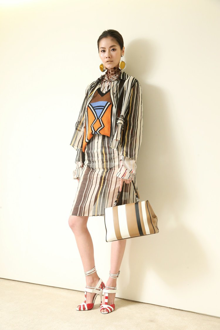 劉美辰穿Prada絲質條紋外套58,500元,內搭Prada絲質上衣41,000...