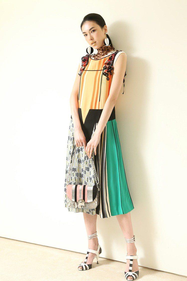 王思偉穿Prada條紋幾何拼接洋裝195,500元,外搭幾何圖紋針織背心30,0...