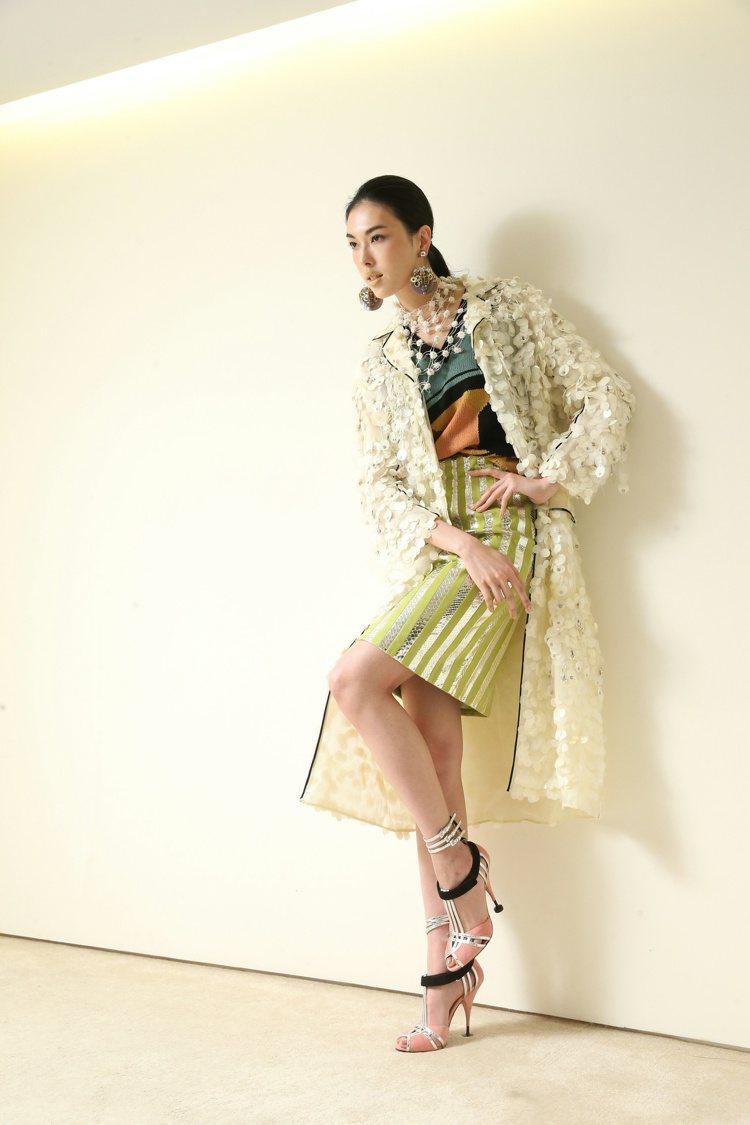 王思偉穿Prada圓亮片裝飾長外套,369,000元,內搭Prada針織上衣34...