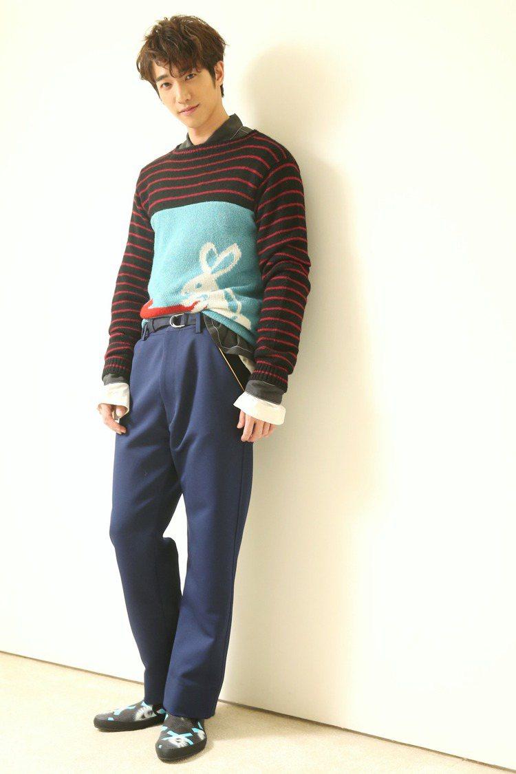 劉以豪穿Prada童趣兔子針織上衣,讓他很放鬆,工作不緊張。Prada兔子針織上...