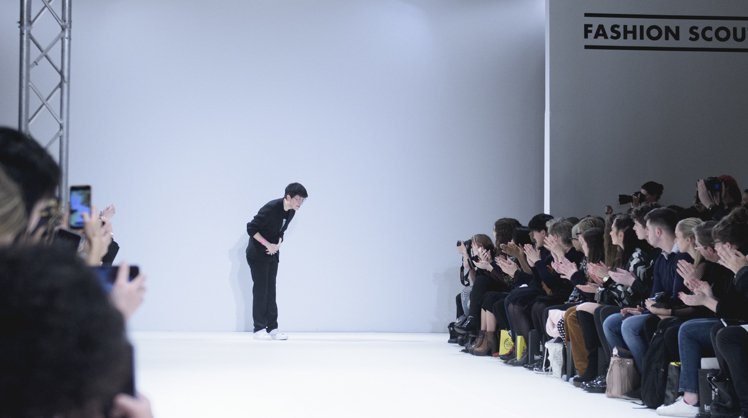 設計師詹朴(Apu Jan)於倫敦秀後謝幕。圖/APUJAN