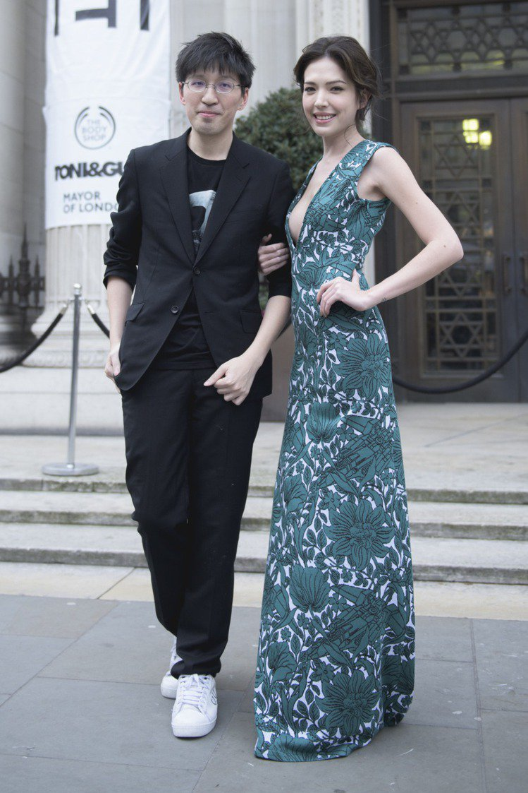 設計師詹朴與專程出席看秀的女星許瑋甯(右)。圖/APUJAN提供