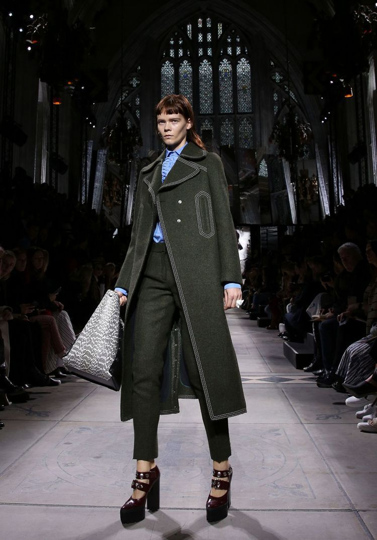 Mulberry以莎翁創作中的階級對比為靈感,重返倫敦時裝周。圖/法新社