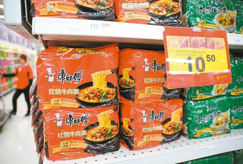 大賣場時常可見大包裝的家庭號泡麵,但卻只有賣單一口味而沒有混合包裝,引發網友好奇。(示意圖) 聯合報系資料照片