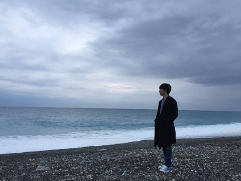 呂珍九22日在臉書分享一張照片,是海邊的帥照,並寫道「in TAIWAN」,讓粉絲驚呼原來歐巴人就在台灣,根據照片上的風景,粉絲猜測有可能是在花蓮的七星潭,讓大家趕快衝去花蓮。