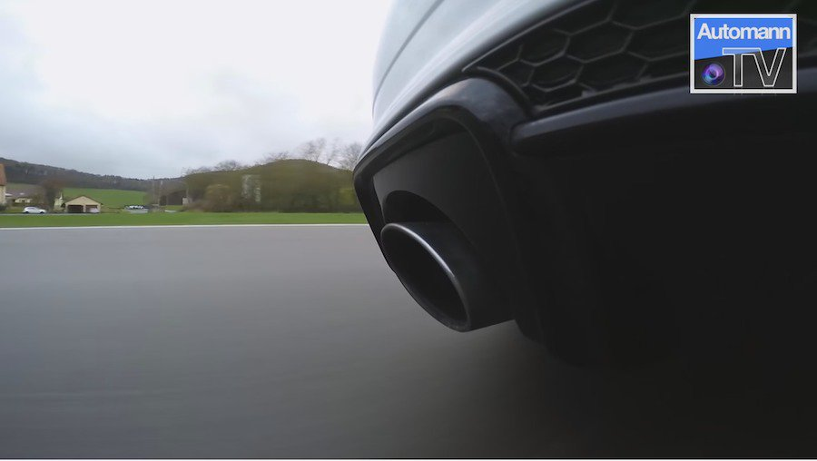 RS3引擎排氣音量較小,且較為渾厚低沉,有類似於V10引擎運轉的聽覺感受。 截自Autobahn-TV影片