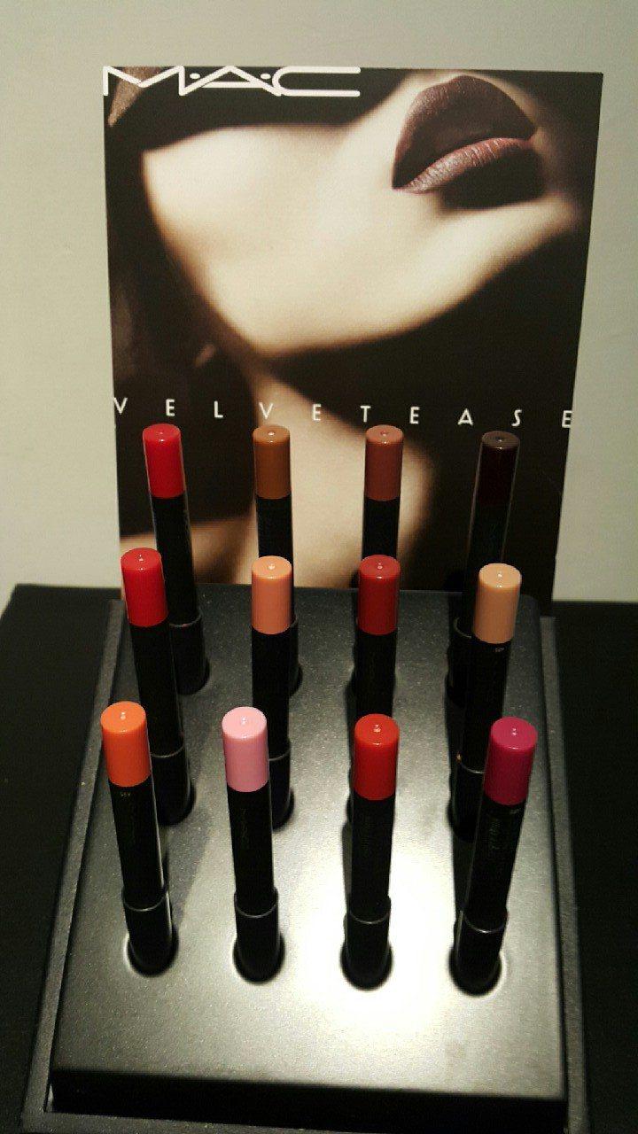 MAC絲絨粉霧唇筆,全系列12色。從大膽紫紅、經典深紅,到輕盈蜜桃與少女淺粉都有...