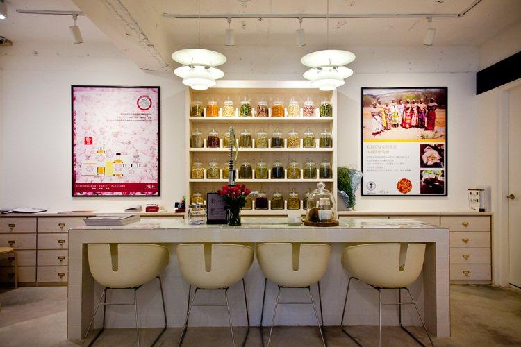 10/10HOPE永康旗艦店營造貼近大自然的環保風格,寬敞的座位可盡情把玩商品。...