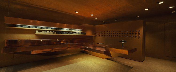 Aesop瑞士店以黃銅材質打造店景。圖/Aesop提供