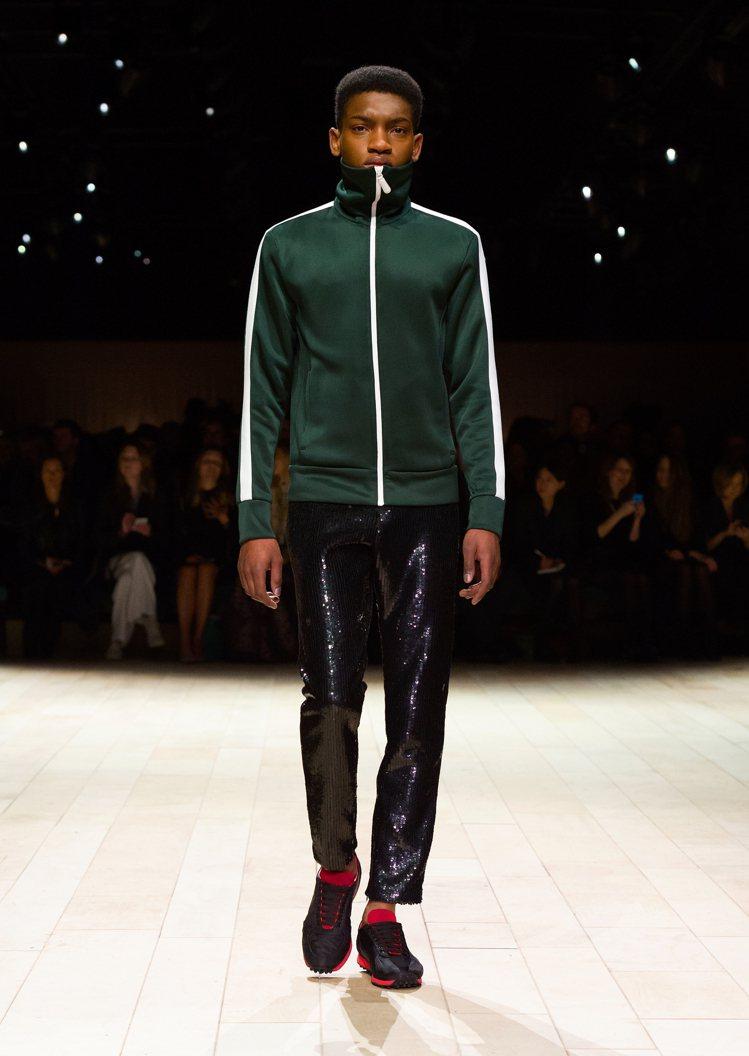 閃耀貴族般的炫目鑽石元素,出現在褲裝的亮面材質。圖/BURBERRY提供