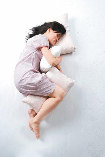 國人安眠藥用量增加,食藥署統計,103年國人安眠藥用量高達3.39億顆,比100...