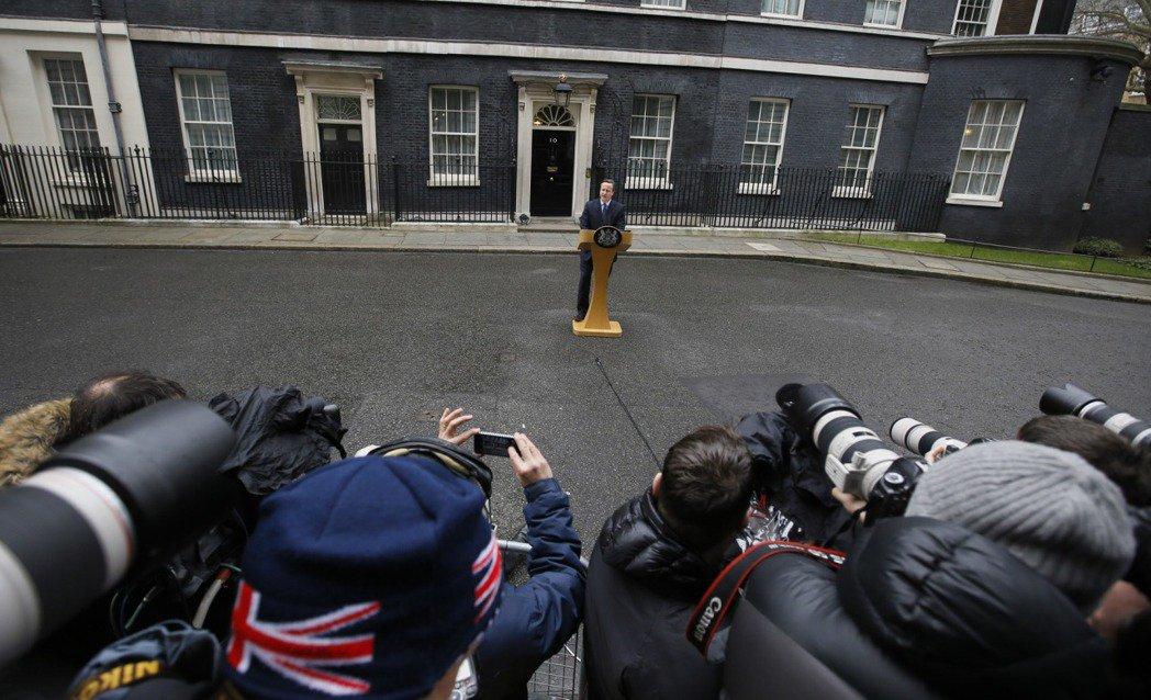 周末從歐盟返回英國的卡麥隆,旋即召開記者會,宣布等待多時的脫歐公投時程——201...