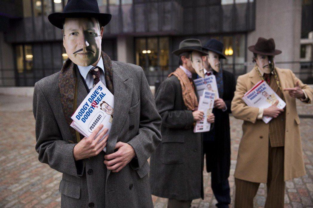 疑歐派人士戴著卡麥隆的面具,手持嘲諷卡麥隆與歐盟協商、為英國帶來的「good d...