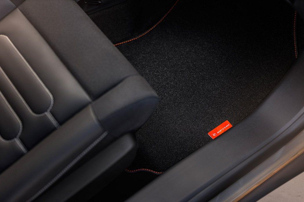 設計師也打造專屬Mica Grey織布座椅與地墊。 摘自Citroen.com