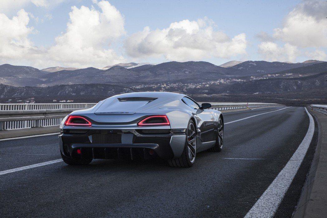 車尾加入梯形LED導光尾燈,以及碳纖維大型下擾流板,增添運動感。 摘自Rimac.com