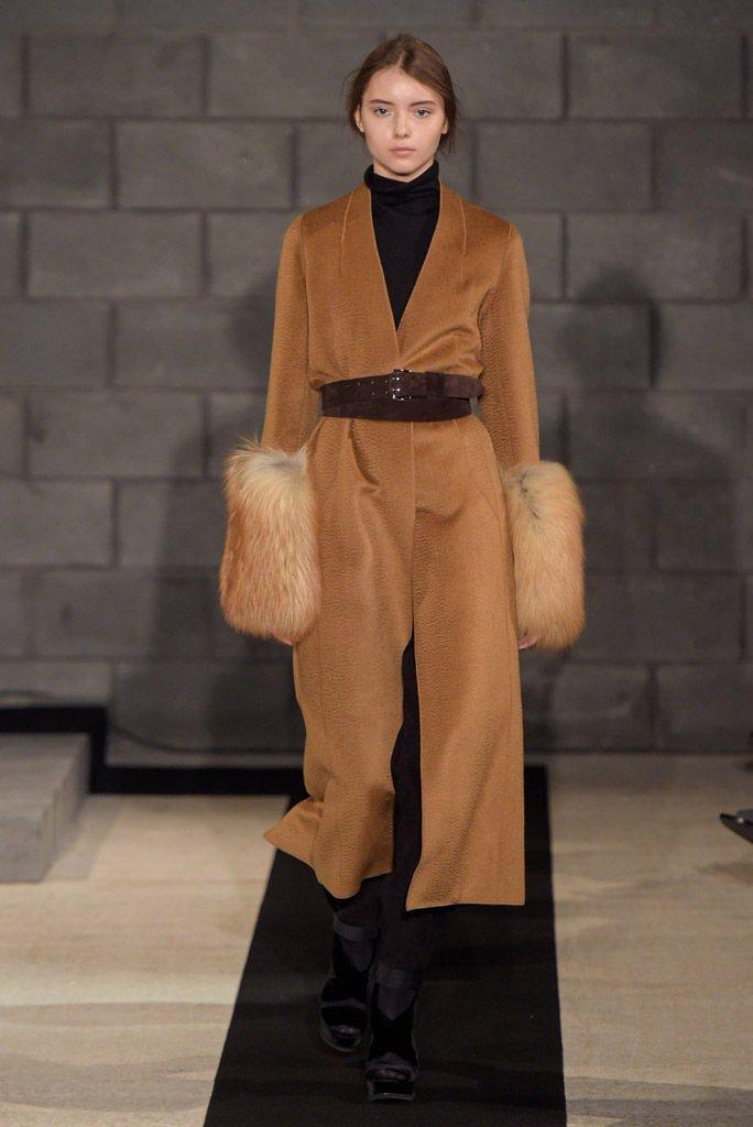 Amanda Awakeley2016秋冬服飾綴以皮草增添奢華氛圍。(法新社)