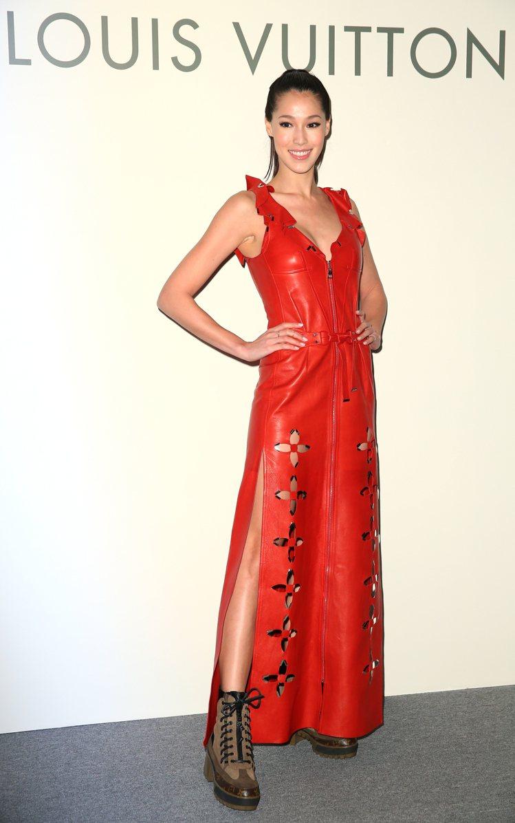 Akemi展現性感以紅色皮革長洋裝445,000元,搭配PALM CANYON沙...