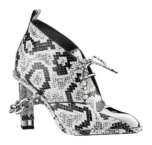 名為Cosplay的女鞋,穿上鎖鍊且有Monogram花型鞋跟。圖/LV提供