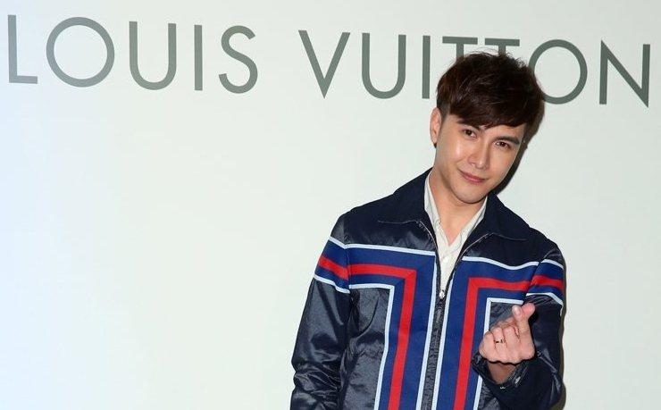 謝佳見以帥氣的條紋夾克外套123,000元,搭配白色翻領襯衫(未定價),深藍色長...