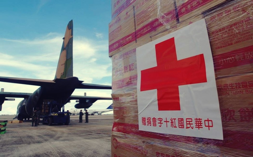 2013年,紅十字會與國防部配合,為菲律賓風災運送人道物資。 圖/國防部提供