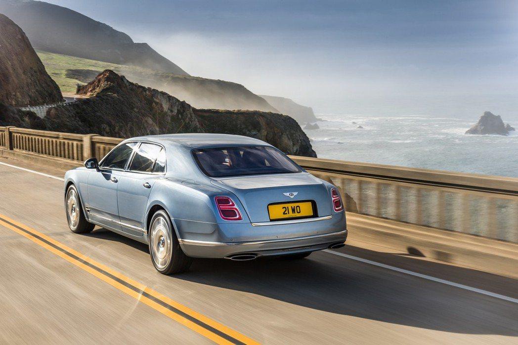 車尾大抵維持Bentley原廠獨特的線條造型,並於尾燈加入B字樣導光。 摘自Bentley.com