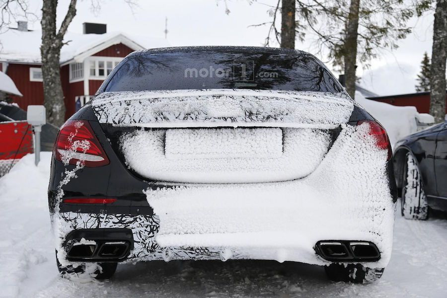 E63預計在明年發表,除了四門車型外,雙門與旅行車款也會一同現身。 摘自motor1.com