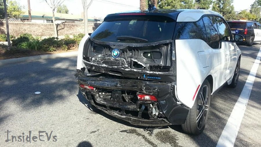 BMW i3的碳纖維複合材質車體仍展現出絕佳的防護能力。 摘自Inside EVs