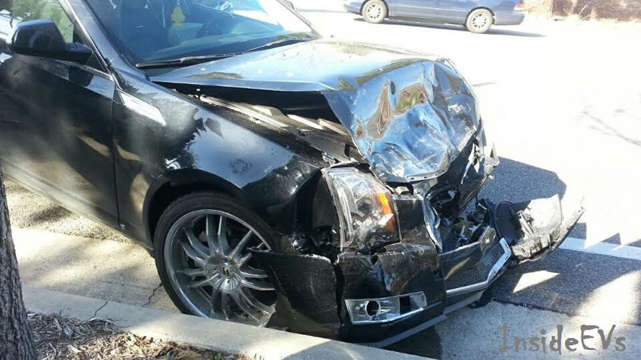 Cadillac CTS轎車的車頭嚴重損壞。 Inside EVs