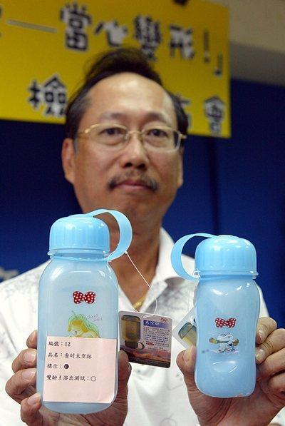 消基會曾測試PC材質塑膠隨身杯在裝了95度C熱飲後,由圖左縮成圖右,杯身已經變形...