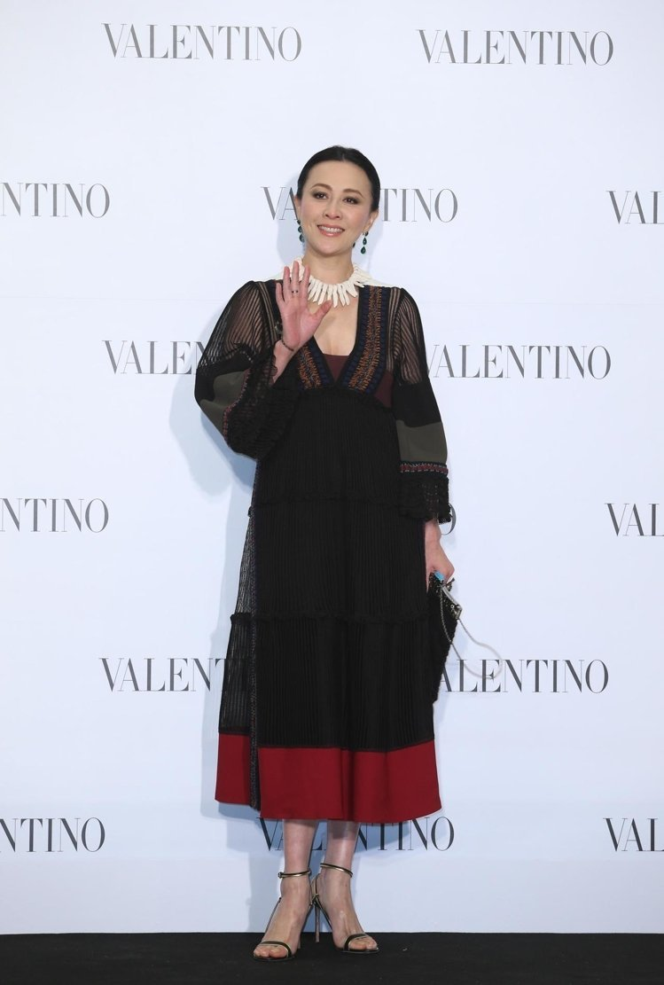 Valentino 針織薄紗拼接透膚色洋裝NT$276,000、白陶獸骨造型項鍊...